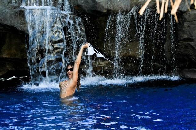 Rihanna (znowu) pozuje w bikini (FOTO)