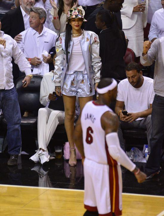 Tak Rihanna rozprasza koszykarzy na meczu (FOTO)