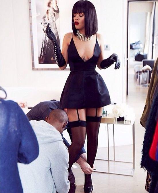 Pracownicy Rihanny zaglądają jej pod sukienkę (FOTO)