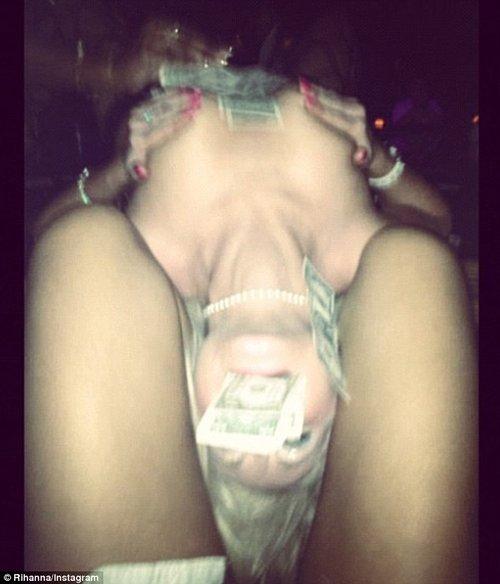 Striptiserka topless między udami Rihanny (FOTO)