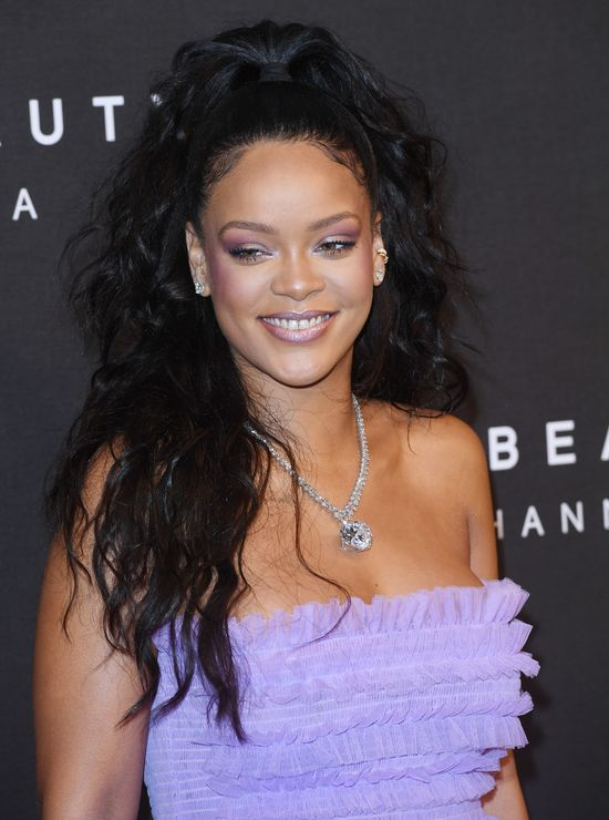 Rihanna zajada się ciastkami na imprezie. Ależ ma apetyt!