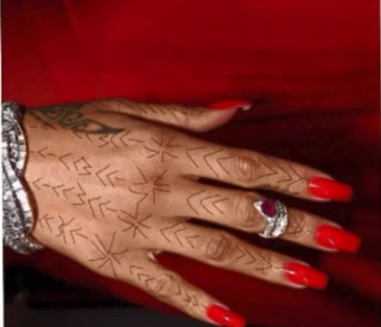 Rihanna ma nowy, brzydki tatua� (FOTO)
