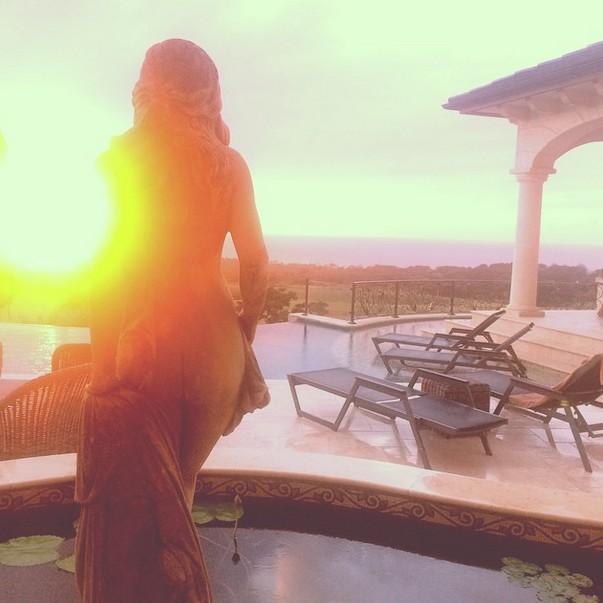 Goła pupa Rihanny przy zachodzie Słońca (FOTO)