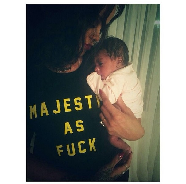 Ciocia Rihanna zmienia pieluszkę (FOTO)