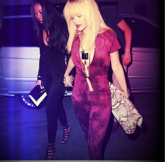 Rihanna - nowe włosy, nowy kombinezon (FOTO)
