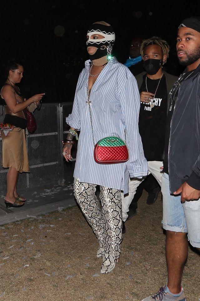 NIKT nie miał na Coachelli tak dziwacznej stylówki jak Rihanna (ZDJĘCIA)