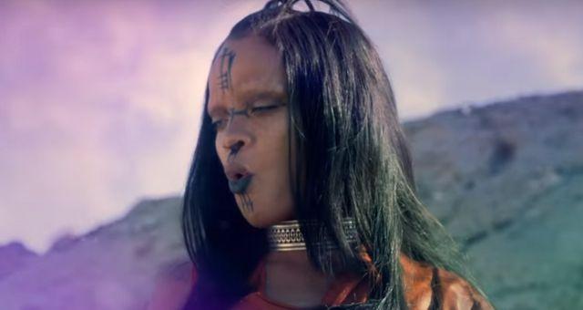 Szok i niedowierzanie. Rihanna wygląda jak nie Rihanna i brzmi jak Sia
