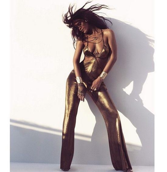 To nie retusz! Rihanna pływa z rekinem! (FOTO)