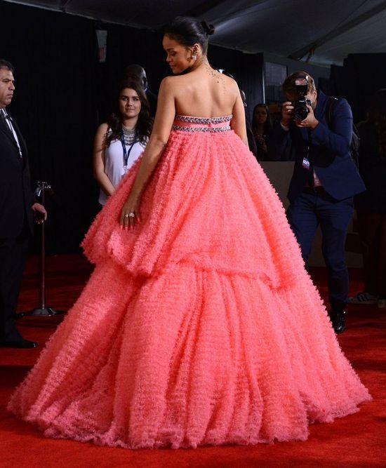 Co miała na sobie Rihanna podczas rozdania nagród Grammy?