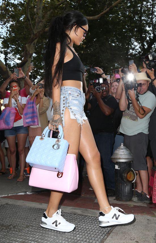 Rihanna zamiast stanika nosi dwie torebki (FOTO)