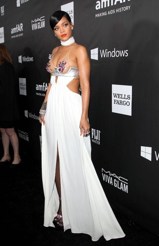 Rihanna wspiera chorych na AIDS piersiami (FOTO)