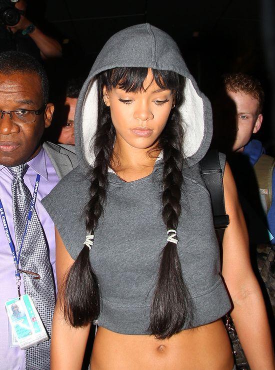 Rihanna chwali się płaskim brzuchem (FOTO)
