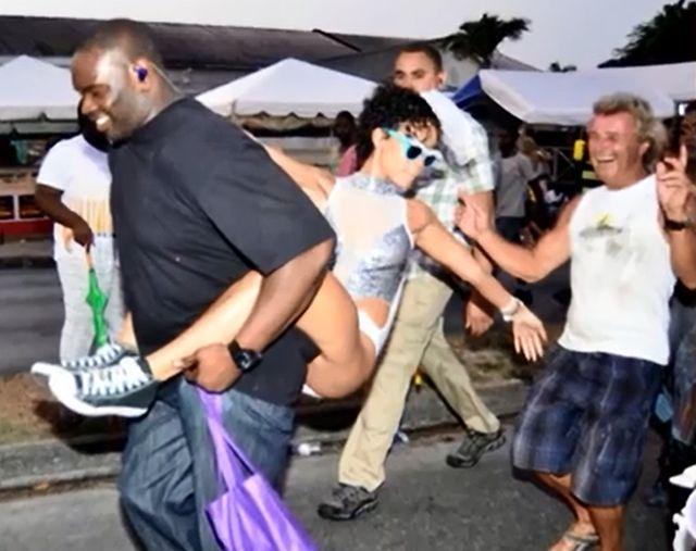 Pawie naga Rihanna bawi się na karnawale (FOTO)