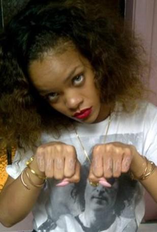 Rihanna i jej najnowszy tatuaż(?): Thug life (FOTO)