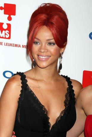 Rihanna BEZ BIUSTONOSZA. Za to cała w napisach (FOTO)