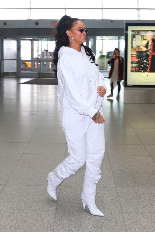 Rihanna w białym dresie i białych kozaczkach na lotnisku (ZDJĘCIA)
