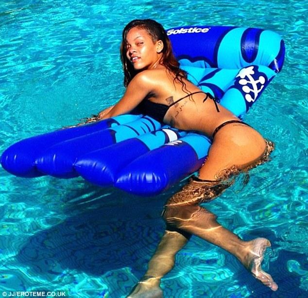Po ziołowym dniu Rihanna relaksuje się w basenie (FOTO)
