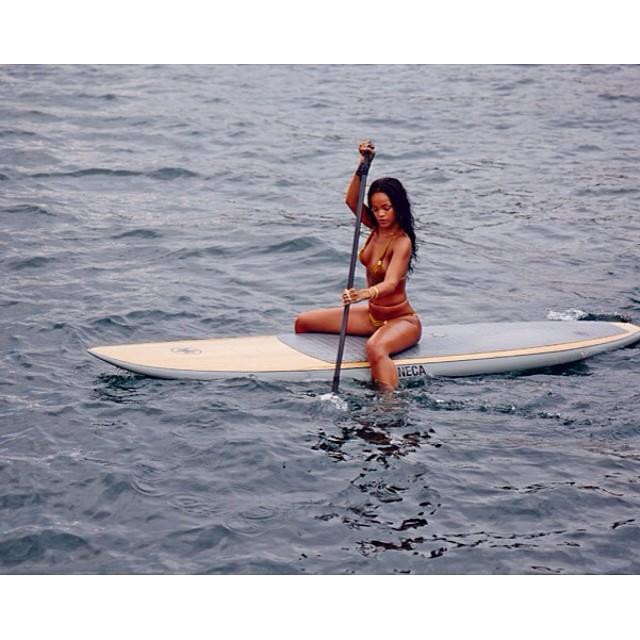 Rihanna topless i bez makijażu (FOTO)