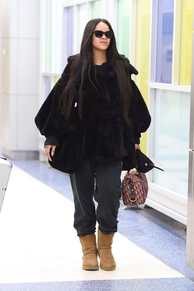 Rihanna na lotnisku w Nowym Jorku gotowa na spotkanie z zimą (ZDJĘCIA)