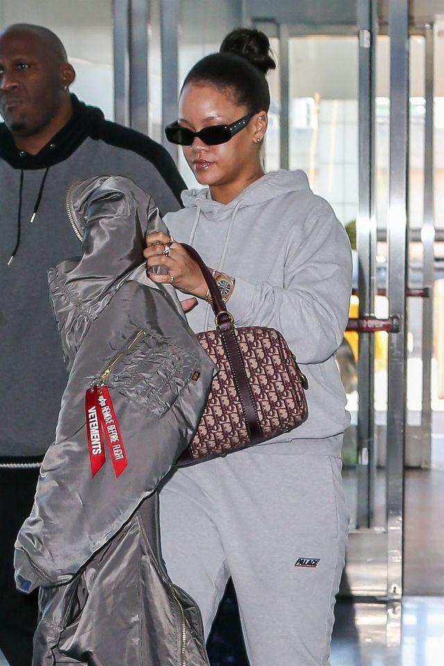 Który to miesiąc? Rihanna stosuje triki Khloe - torba i dresy (ZDJĘCIA)