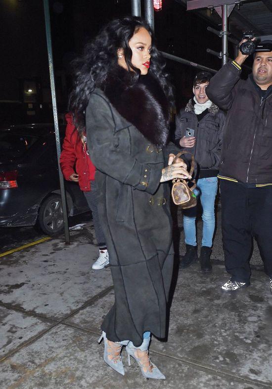 Założyła zimowy płaszcz i letnie buty (FOTO)