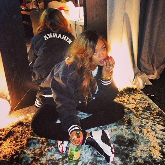 Rihanna pije wino z gwinta