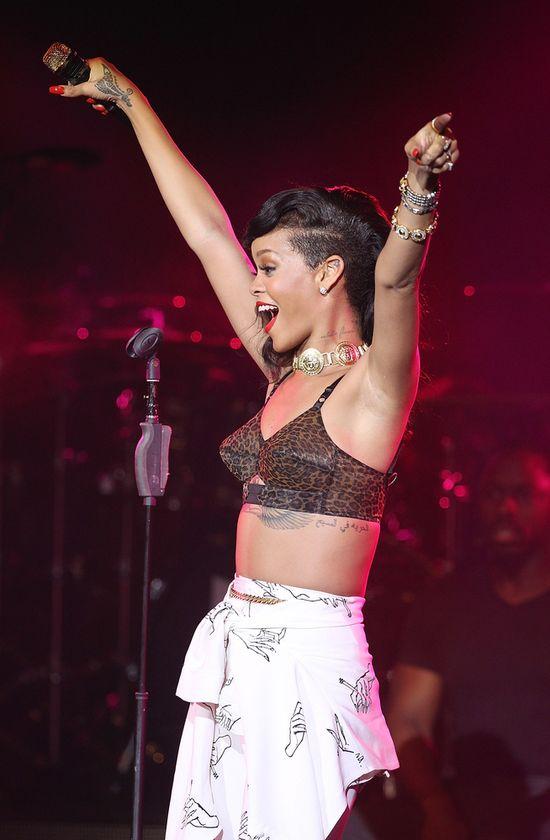 Rihanna uderzyła fankę w twarz (VIDEO)