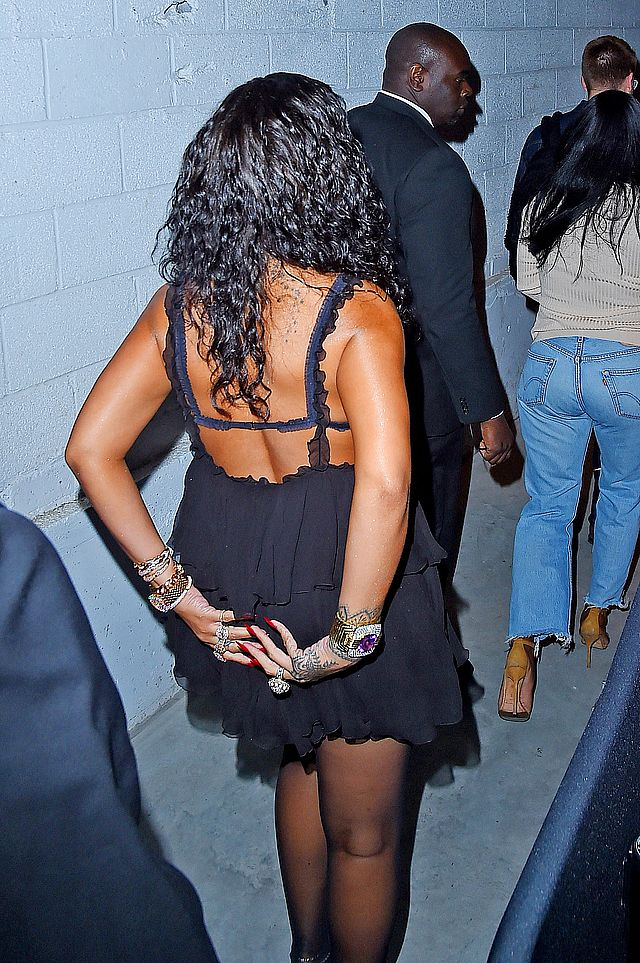 Rihanna w bardzo KUSEJ... koszuli nocnej? (ZDJĘCIA)