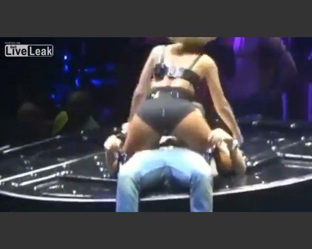 Rihanna ujeżdża nerda na scenie (FOTO)