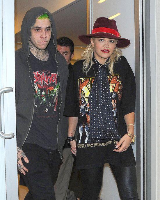 Rita Ora z chłopakiem Halloween zaczęli na lotnisku (FOTO)