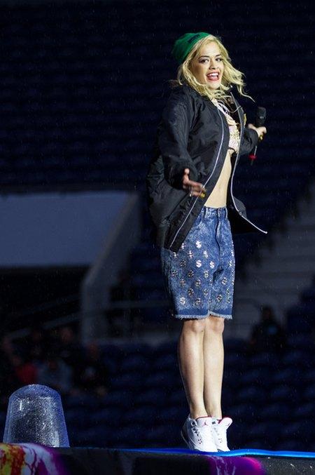 Rita Ora koncertuje w strugach deszczu (FOTO)