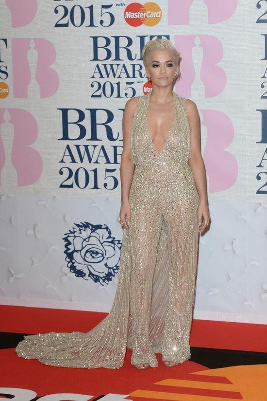Jak nie piersi, to pupa - Rita Ora musi kusić? (FOTO)