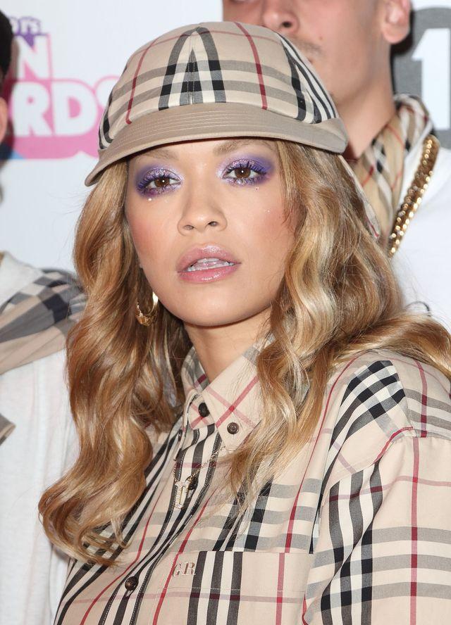 Rita Ora w kratce Burberry - jedną z tych stylizacji internauci wyśmiali... (ZDJ
