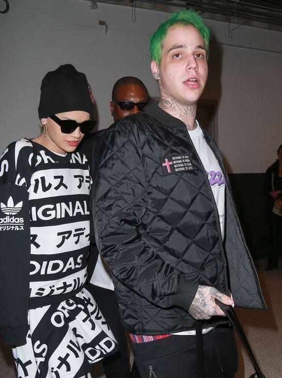 Rita Ora z chłopakiem na lotnisku (FOTO)
