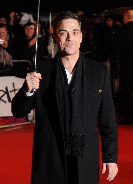 Robbie Williams złamał rękę fance (VIDEO)