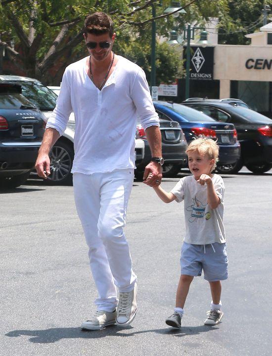 Dziewczyna Robina Thicke już zajmuje się jego synkiem (FOTO)