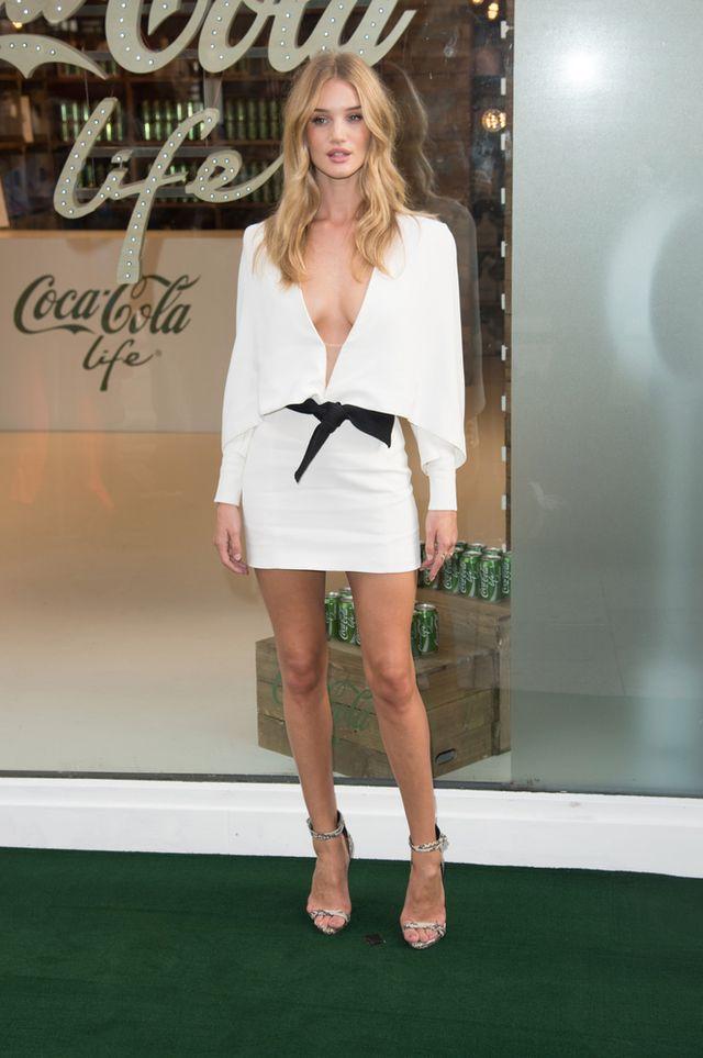Rosie Huntington-Whiteley w superseksownej sukience (FOTO)
