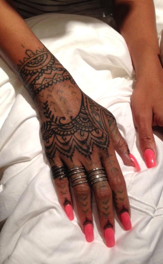 Rihanna sko�czy�a sw�j najnowszy tatua� (FOTO)
