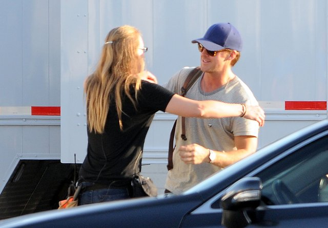 Ryan Gosling wylewnie wita si� z dziewczyn� (FOTO)