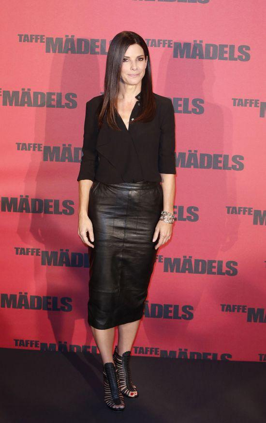 Sandra Bullock preferuje czerń i za duże buty (FOTO)