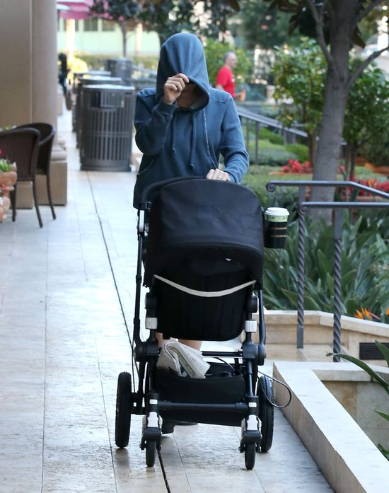 Scarlett Johansson chowa córeczkę przez obiektywem paparazzi