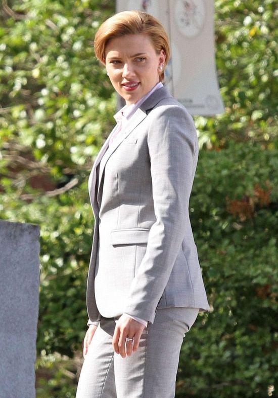 Zamiast podkreślić krągłości Scarlett Johansson, oni ubrali ją w TO!