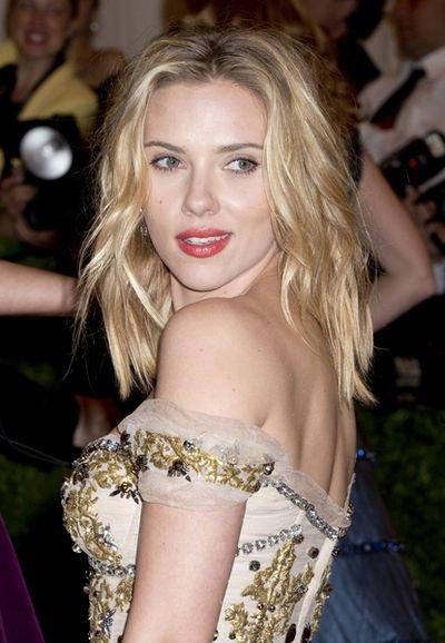 Scarlett Johansson pod prysznicem na okładce (FOTO)