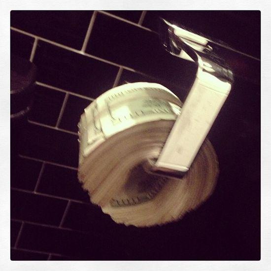 Scott Disick podciera się banknotami? (FOTO)