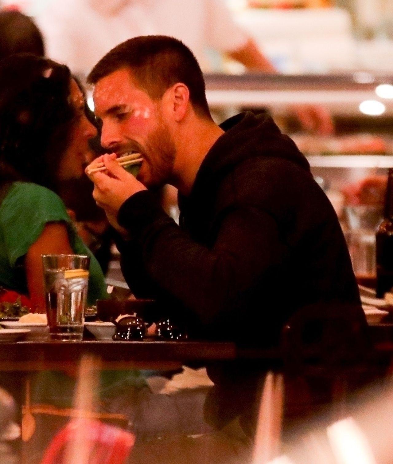 Znudzona Sofia Richie gapi się w telefon, a Scott je sushi - KRYZYS?