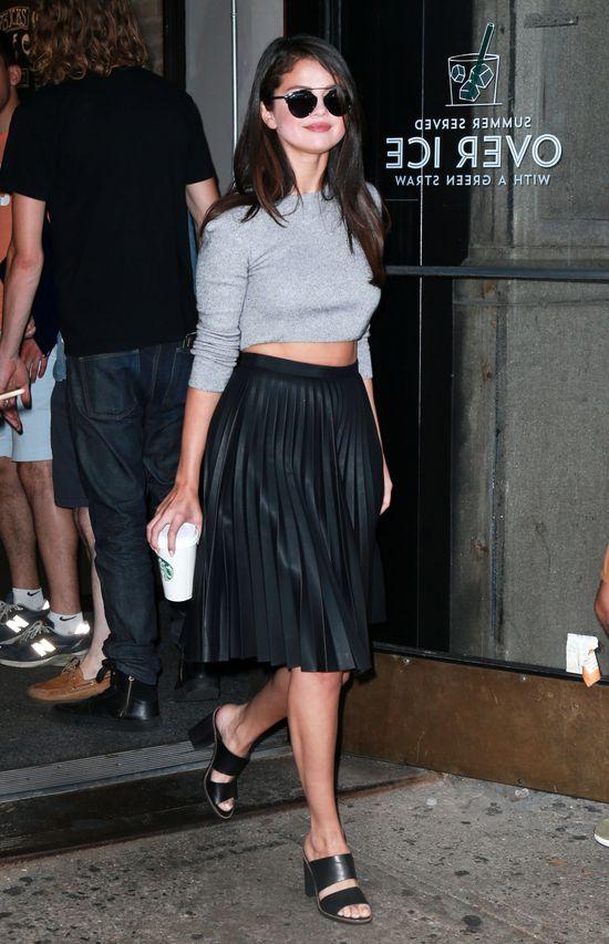 Selena Gomez strategicznie odsłoniła talię (FOTO)