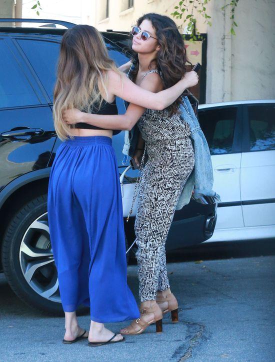 Selena Gomez spędziła 4 GODZINY u fryzjera! (FOTO)