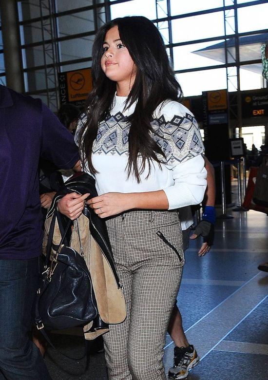 Internauci do Seleny Gomez: Masz twarz jak piłka! (FOTO)