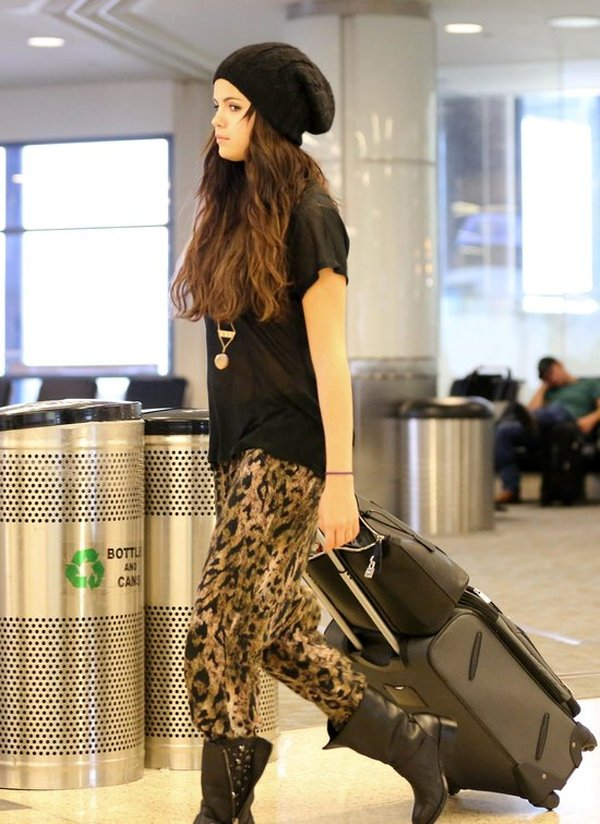 Selena Gomez sama ciągnie swoją walizkę (FOTO)