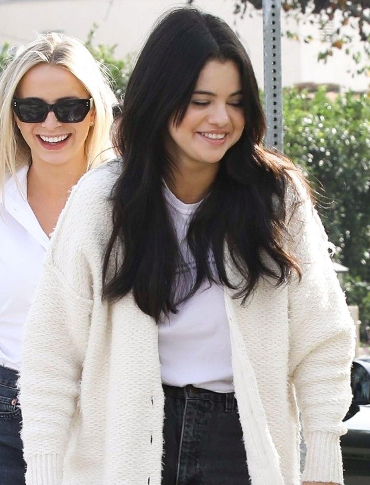 Selena Gomez zakochała się w tym sweterku! Ciągle w nim chodzi